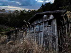 朽ち果てた民家の写真