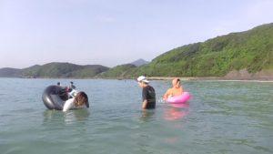 熊本県茂串海水浴場の家族で海水浴の写真