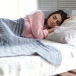 睡眠中の女性の写真