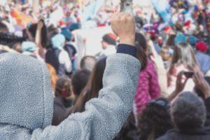 反対デモの写真